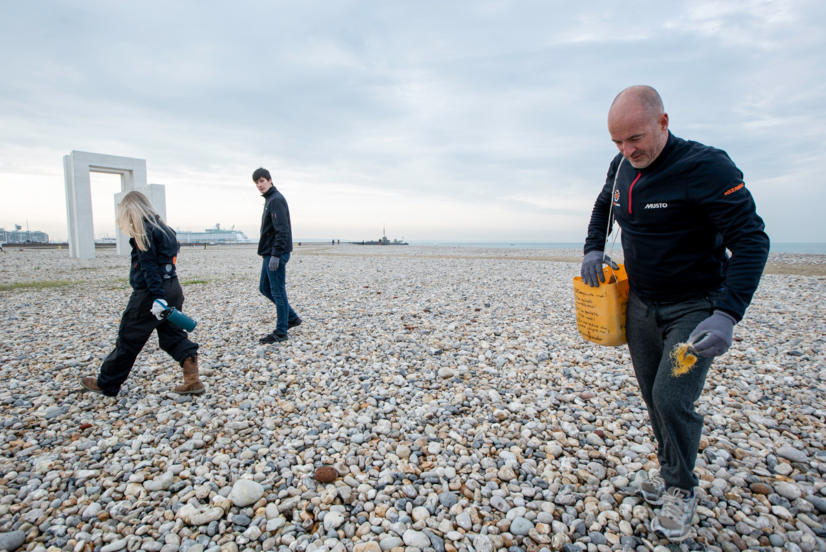 Damian Foxall cleanup the beach in le havre finding lots of single-use plastics, rubber, clean seas