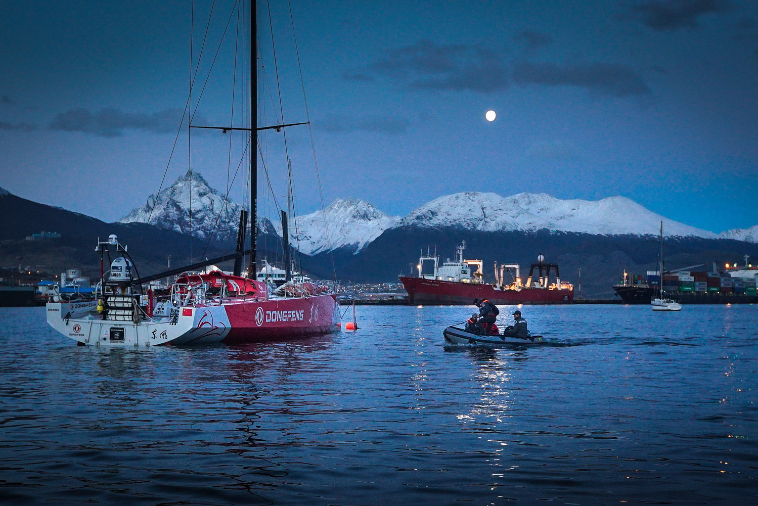 Dongfeng dismasted in the Southern Ocean during the 2014-15 Volvo Ocean Race. Repair mast in Ushuaia.